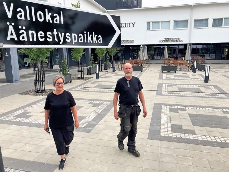 Luotolaiset Ann-Katrin Palmroos-Sjöblom ja Lars Sjöblom kertovat äänestäneensä RKP:tä.