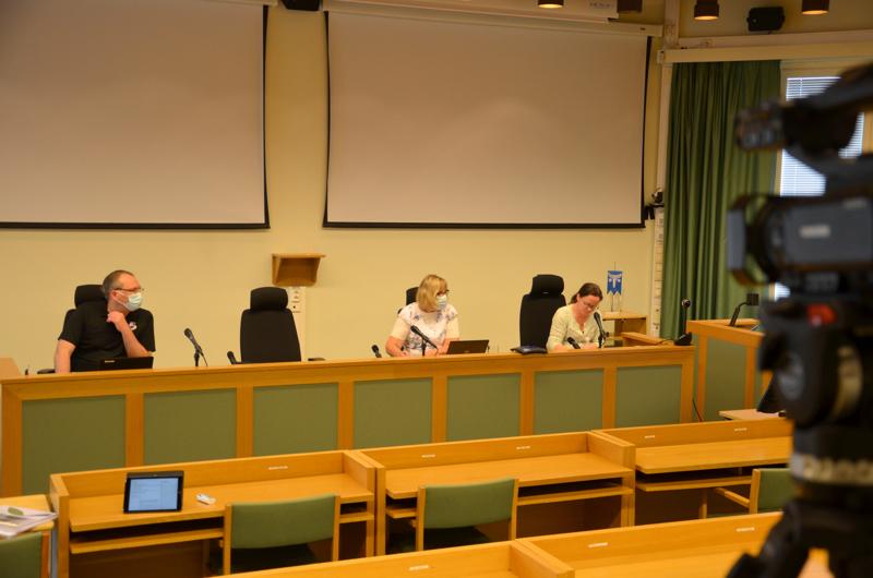 Etäkokous. Kannuksen kaupunginvaltuusto kokous striimattiin valtuustosalista. Paikalla olivat kaupunginjohtaja Jussi Niinistö, talous- ja hallintopäällikkö Leena Sämpi ja valtuuston puheenjohtaja Mari Kerola.