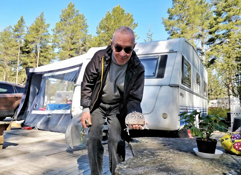 Seppo Laine viihtyy Fäbodan karavaanialueella. Omaa vaunupihaa ilostuttavat mm. kiviin ikuistetut, vaununaapurilta lahjaksi saadut erilaiset hahmot.