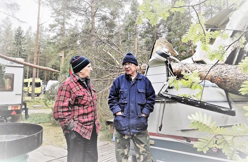 Aila-myrskyn kaatama mänty jysähti viime syyskuussa 29Armida Sandbergin ja Seppo Laineen matkailuvaunun 29katon läpi  ruokapöydälle.