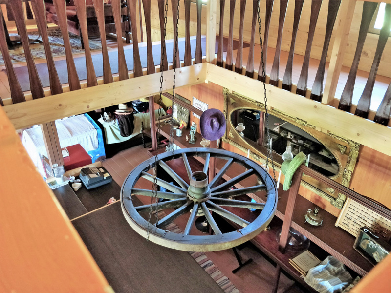 Näkymä alas kahvilatilaan yläkerrasta, jossa on neljä huonetta, oleskelutilaa ja kylppäri tassuammeella.