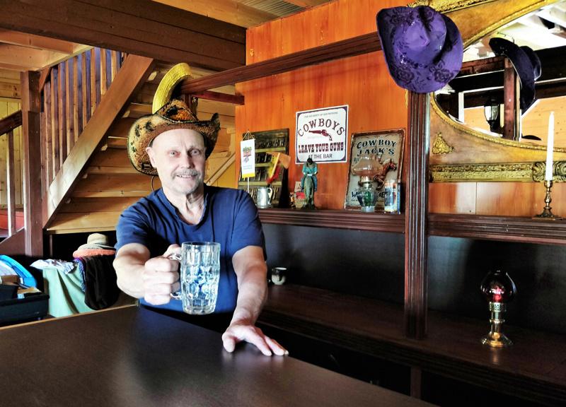 Tuopissa ei tarjoilla kahvia vahvempaa sorttia, vaikka auki oltaisiinkin.– Alkoholilupa liian kallis  kun myyntiä olisi vain pieni osa vuodesta, tuumii sitruunavedellä skoolaava Aulis Pohjoisaho.