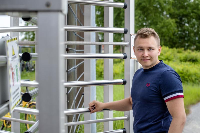 21-vuotias Oliver Pietilä (kesk.) on Kokkolan valtuuston nuorin valtuutettu sitten 18-vuotiaana valtuustotaipaleensa aloittaneen Tuomo Puumalan.