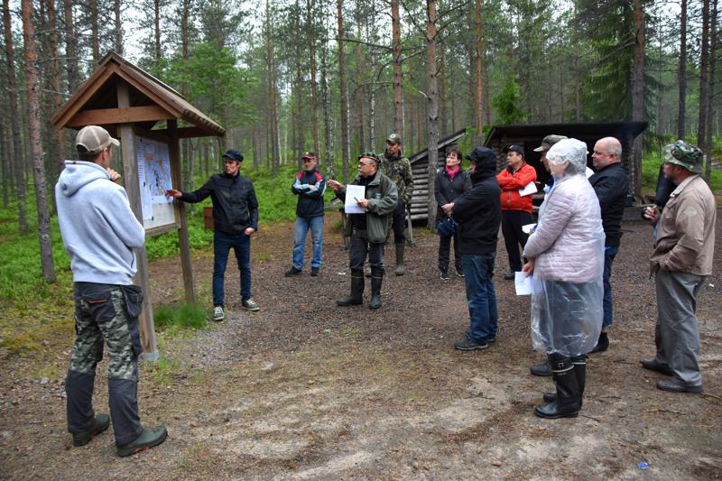 Antti Soranta näytti kartalta, miten linjat halkoisivat hänen peltojaan. – Yhtä iso riesa tolppapari on kuin mylly. Niitä varten vain ei rakenneta teitä eikä niiden purkamisesta ja maisemoinnista puhuta ympäristöselvityksissä mitään, Soranta tuumi.