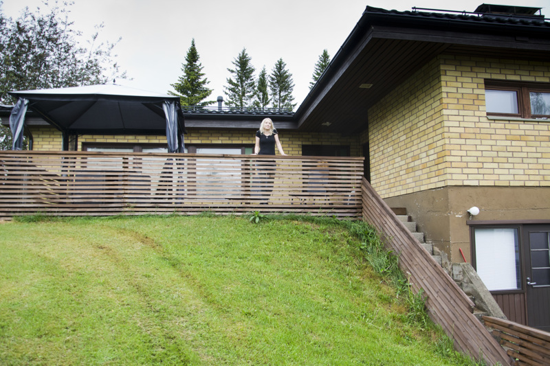 Henna Hautakoski on asunut 11 vuotta Sarjankylällä. Hän on talonsa toinen omistaja ja syksyllä hän todennäköisesti aloittaa ison remonttiurakan.