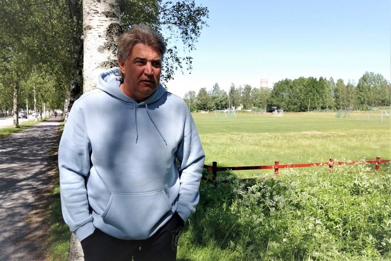 Alexei Eremenko Senior taustallaan FF Jaron juniorikenttäalue. Eremenkon jalkapallosuvun kantapitäjäksi on vuosikymmenten saatossa muodostunut juuri Pietarsaari.