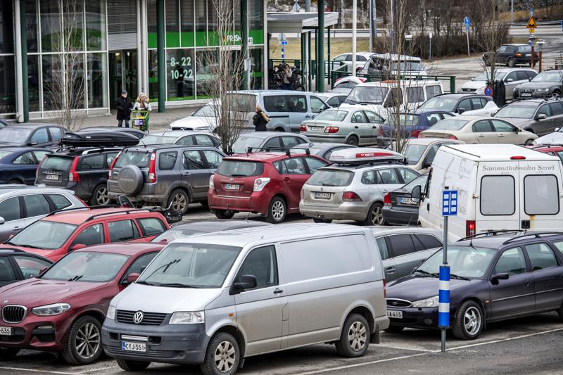 Parkkipaikoilla sattuu vuosittain paljon vahinkoja.