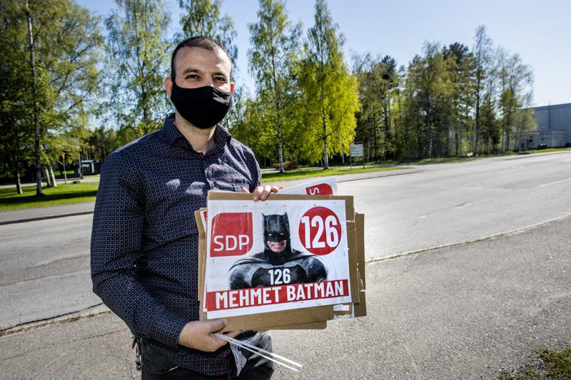 Mehmet Batmanin vaalijulisteita varastettiin satoja. Yhdestä paikasta hävisi peräkkäin kolme julistetta.