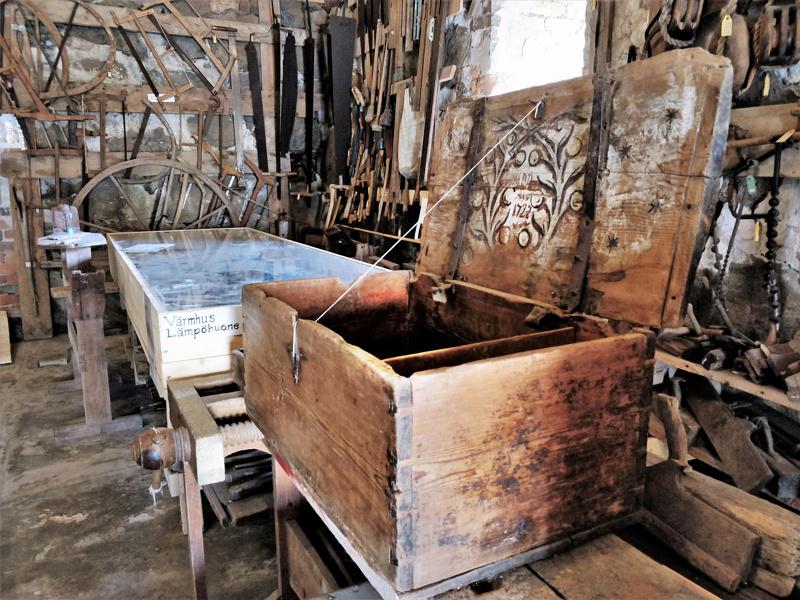 Kirstu vuodelta 1727 on peräisin Kolpista. Kansi ja sivut on tehty yhdestä puusta. Viimeksi sitä on käytetty jauhojen säilytykseen.