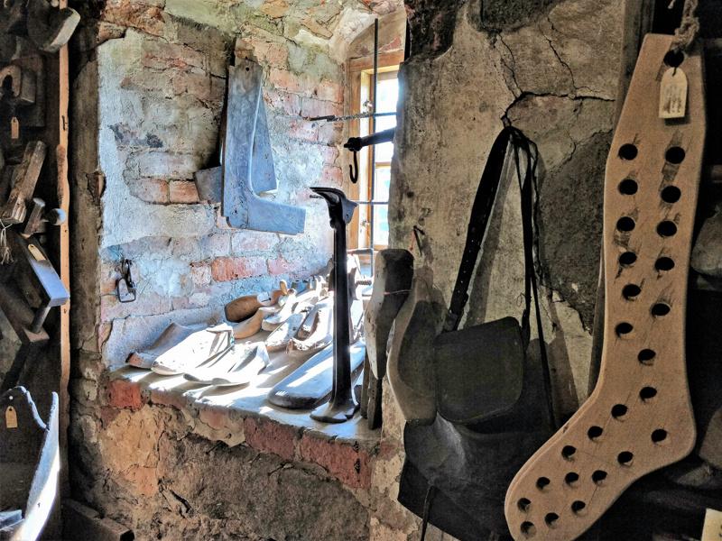 Suutarin työkaluja. Seinien paksuus  Pedersören seutumuseona toimivassa Rosenlundin kivinavetassa on pitkästi yli toista metriä.
