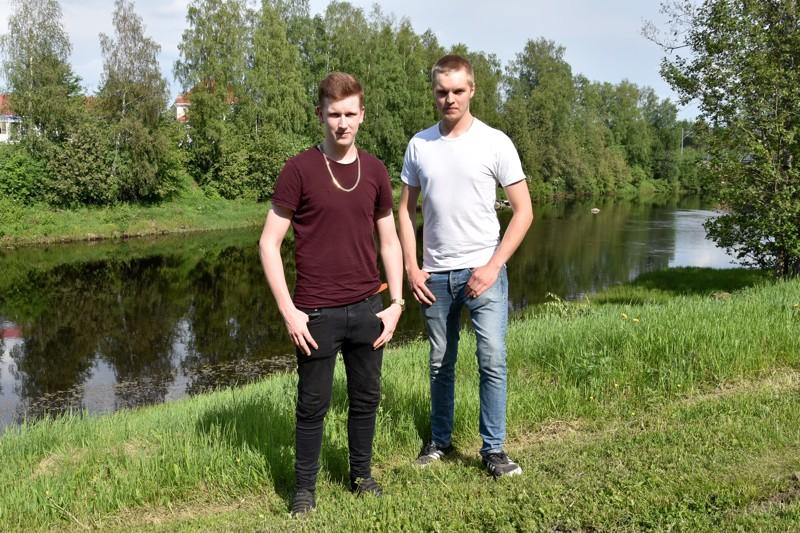 Yllättävä pelastustehtävä. Kannuslaiset Artturi Nikunen ja Elias Rekilä olivat auttamassa veden varaan joutunutta seuruetta Kinnulassa.