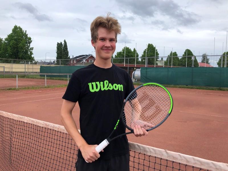 Kokkolan Tenniskerhon Emil Bjon osallistui ikäluokkansa EM-karsintoihin, jossa selviytyi puolivälieriin asti.