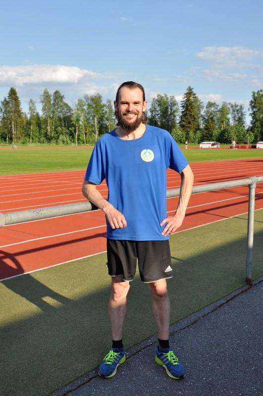 Petri Kangas ohjaa yleisurheilua harrastavia lapsia Kirkonmäen urheilukentällä.