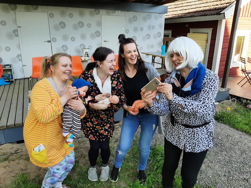 Kondolan äidit kokoontunvat yhteisen somen äärelle. Vasemmalta: Elina Harjunpää, Janina Jylhä, Jenni Heikkilä, Teresa Myllymäki.