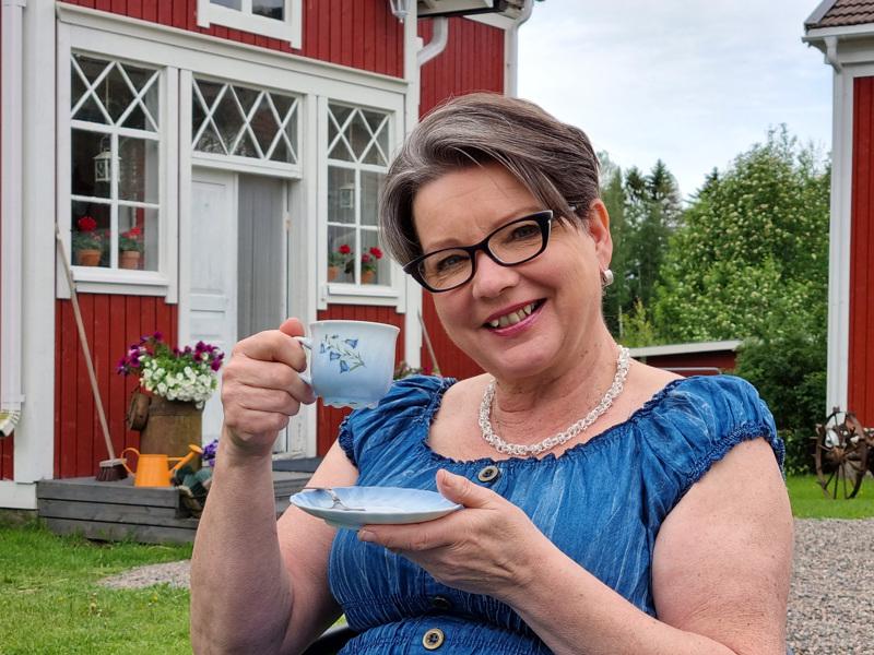 Leena Lehtinen pyörittää nykyään taustalla näkyvän Kievarilan lisäksi Waatekammari Särkät -putiikkia Hiekkasärkillä.