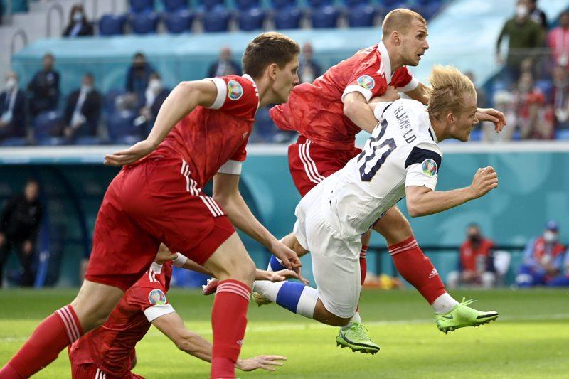 Joel Pohjanpalo puski kolmannella minuutilla pallon Venäjän maaliin, mutta osuma hylättiin VAR-tarkistuksen jälkeen paitsiona.