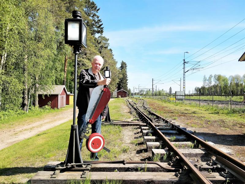 Anders Fors kääntää vaihdetta Kovjoen museorautatiellä.