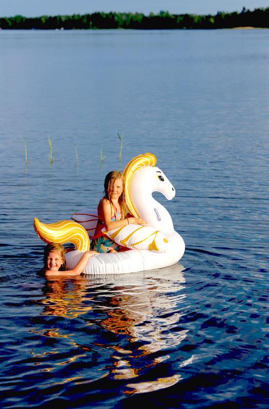 KesäPerhiksen kansikuvassa Inari Kivioja vedessä ja Enni Läspä uimalelun kyydissä.