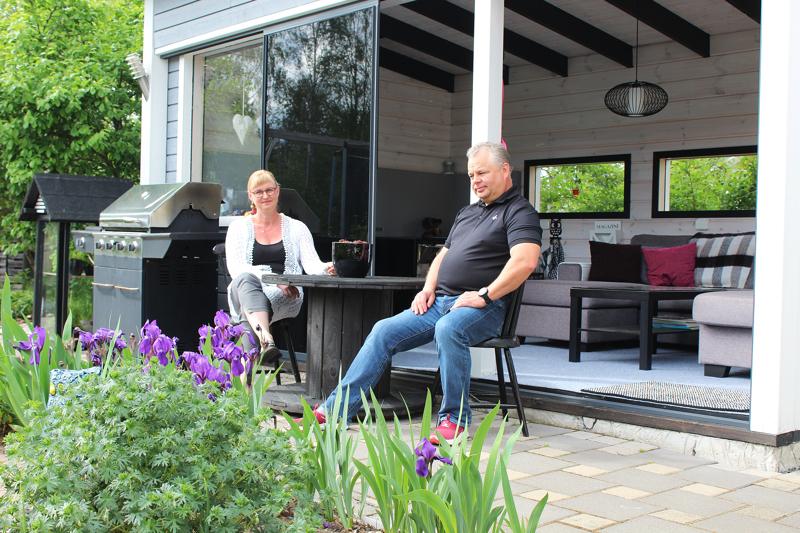 Kuusi vuotta sitten rakennettu kesäkeittiö toimii Finnilöillä mökin korvikkeena. Siellä on mukava haaveilla, herkutella ja viettää aikaa ystävien kanssa.
