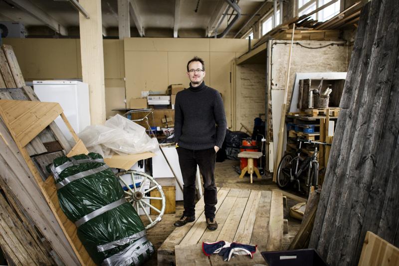 Juho Kuosmanen tekee yhteistyötä kokkolalaisen foley-artisti Heikki Kossin kanssa, jonka studiolla kuva otettu.