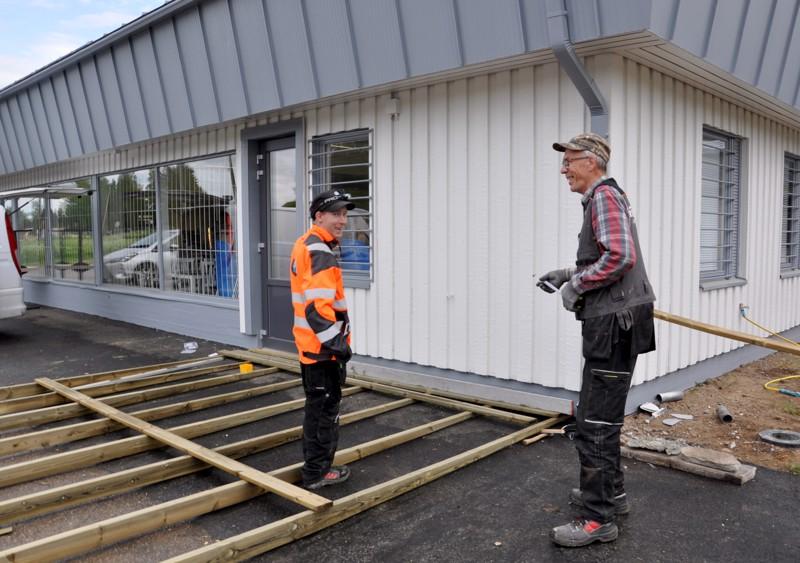 Raution kyläkauppa avattiin viime viikon perjantaina. Jukka Hakola ja Risto Ojala tekivät talkoilla terassia ennen sitä. Kaupan viralliset avajaiset järjestetään Rautio-viikolla.
