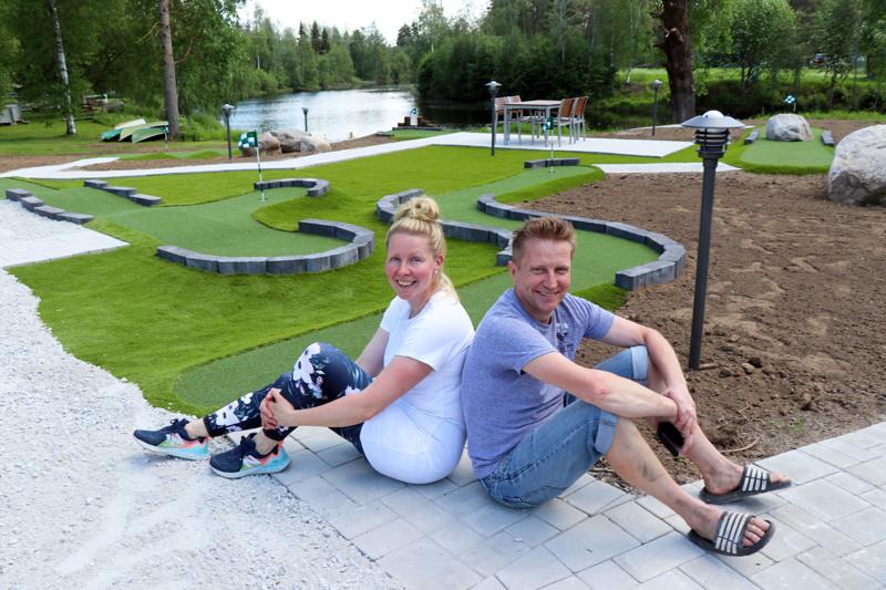 Kirsi ja Hannu Takalo-Mattila kertovat, että Huhtaniemen mökkikylään on joka vuosi totuttu investoimaan jotain uutta tai korjaamaan vanhaa. Tälle kesälle valmistui seikkailugolf-rata.