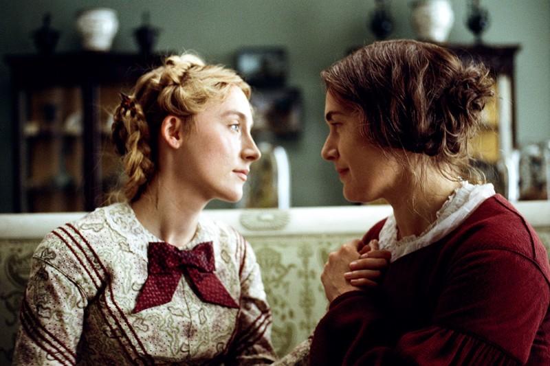 Kate Winslet (oik.) esittää paleontologi Mary Anningia, joka ystävystyy kollegan puolison (Saoirse Ronan) kanssa.