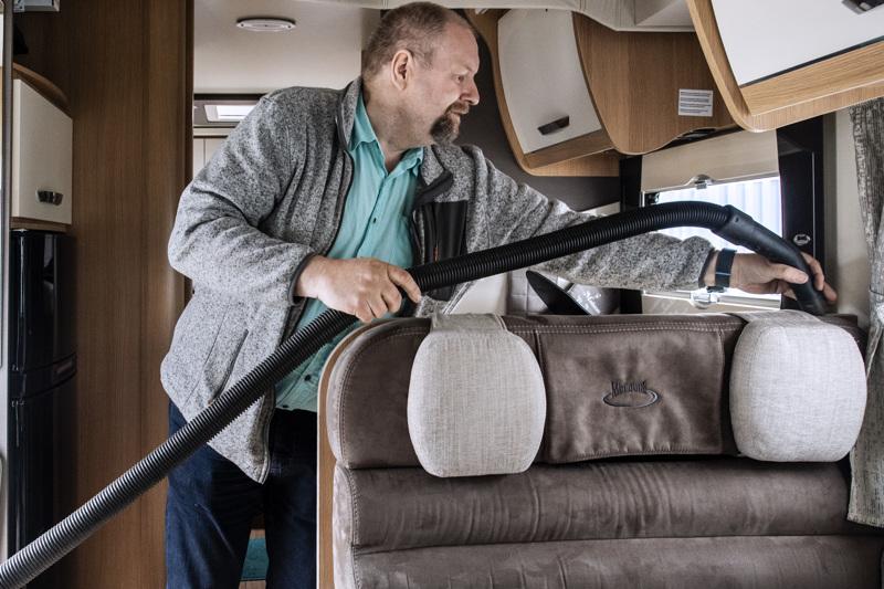 Veli Autio vuokraa omistamaansa kahden vuoden ikäistä matkailuautoa. Siivouksen jälkeen matkailuauto on lähdössä seuraavalle vuokraajalle.