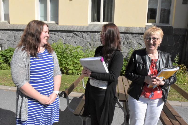 Palveluohjaajat Sari Hopponen (vas.) ja Maria Pehkonen sekä vt. vanhushuollon päällikkö Marketta Koskela ovat toiveikkaita, että alueella uusi vanhushoivan muoto saisi hyvän vastaanoton.