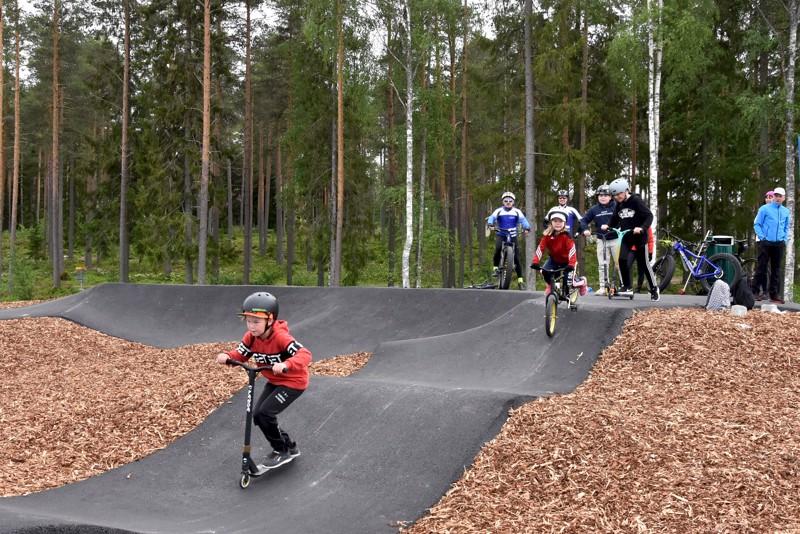 Vilskettä radalla. 8-vuotias Niilo Perkkilä näyttää mallia, miten pump track -radalla ajetaan.