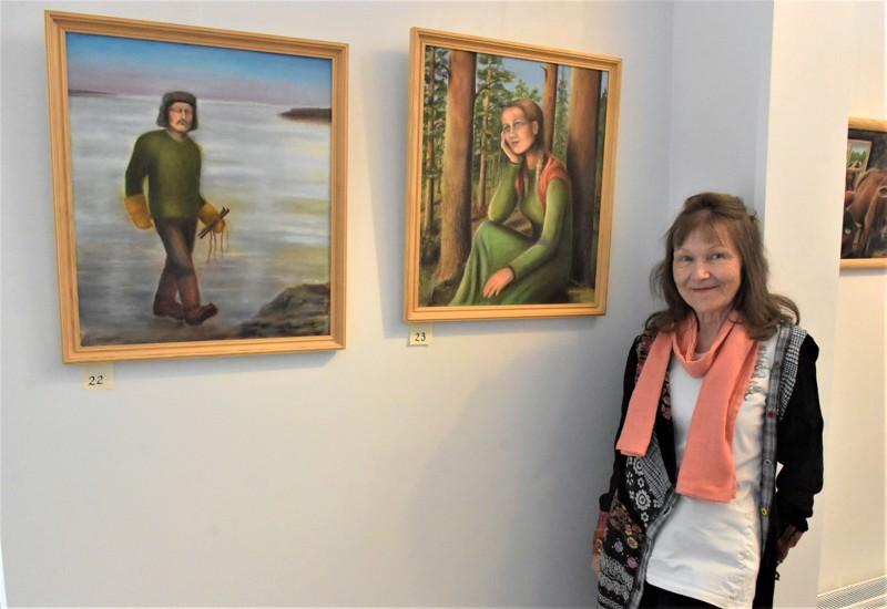 Irmeli Räsänen on dramatisoinut isovanhempiensa kohtaamisen paitsi maalaamalla, myös kirjoittamisen ja musiikin keinoin.