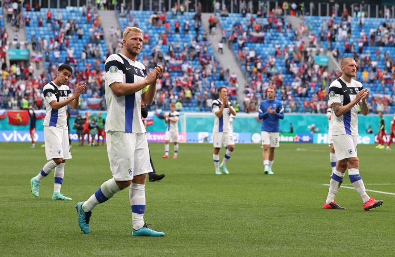 Suomen jalkapallomaajoukkueen puolustaja Paulus Arajuuri taputti kymmenientuhansien yleisölle Venäjä-ottelun jälkeen Pietarissa. Suomessa suurtapahtumien järjestäminen ei vielä onnistu, vaikka koronatilanne on huomattavasti parempi.