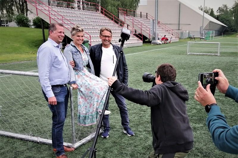 Pietarsaaren Länsikentällä eli tulevan Project Liv Arenan paikalla oli perjantaina jopa mediatapahtuman henkeä. Pikkumaalille kokoontuneina Kenneth Mörk, Nina Brännkärr-Friberg ja Björn Anderssén.