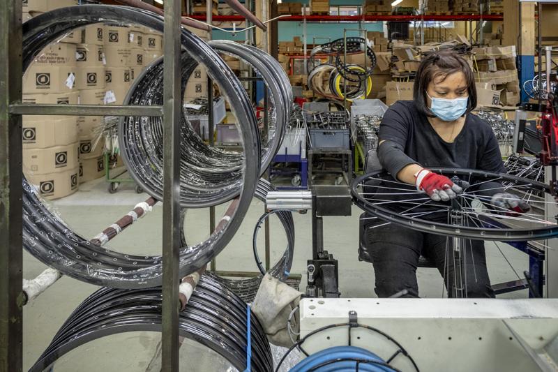Helkama Veloxin tehtaalta Hangossa valmistuu noin 30 000 pyörää vuodessa. Pyörät kootaan pääosin käsityönä. Puolauskonetta käyttää Charinee Baarman.