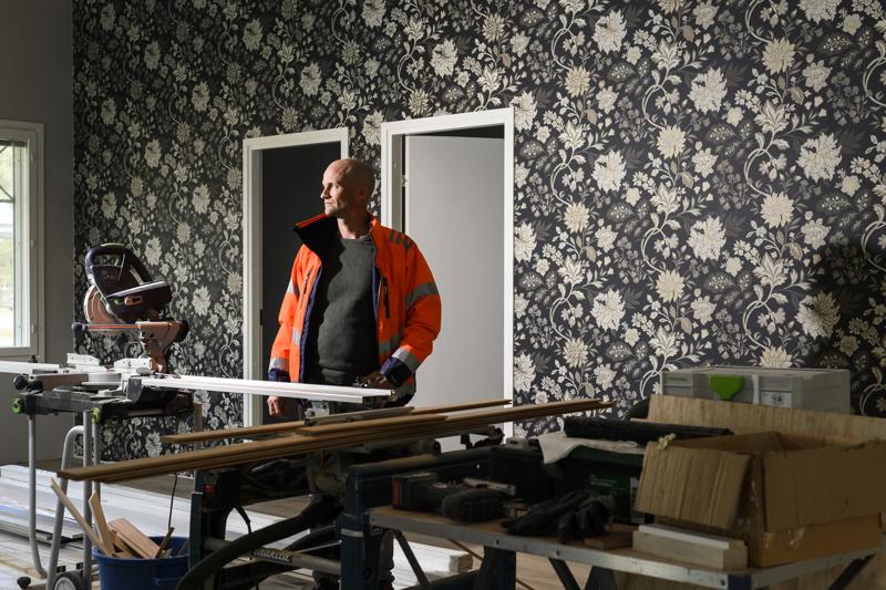 Luotolainen rakennusinsinööri Roger Sundkvist perusti viisi vuotta sitten yrityksen, joka rakentaa omakotitaloja asiakkaiden toiveiden mukaan avaimet käteen-periaatteella. Talot rakennetaan paikan päällä.