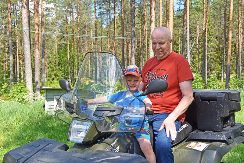 Juhani Karvonen ei aio juhlia merkkipäiväänsä vaan toteaa, että sen sijaan lasten ja lastenlasten kanssa vietetty aika on yhtä juhlaa. 3,5-vuotias Konsta Karvonen oli saapunut papan luokse Nokialta kesäloman viettoon.