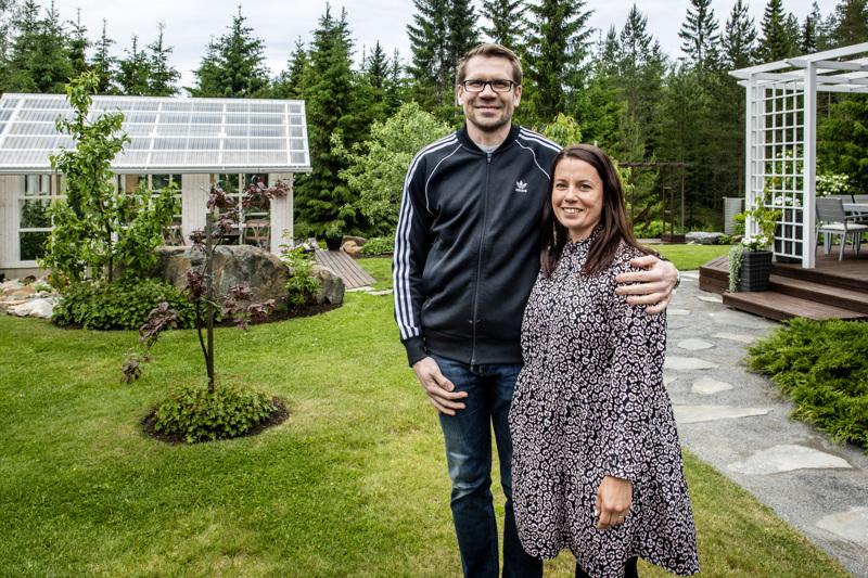 Katja ja Kalle Huistinoja päätyivät 2008 rakentamaan talonsa Kälviälle, josta löytyi sopiva iso kulmatontti. Takapihalle johtavan polun luonnonkivilaatat ovat Kaustiselta.