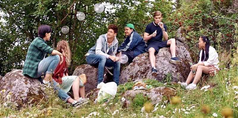 Ihanat nuoret metsässä. Anna-Leena Härkösen modernin klassikon päivitys yskii välillä, mutta sarja esittelee raikkaita kykyjä.