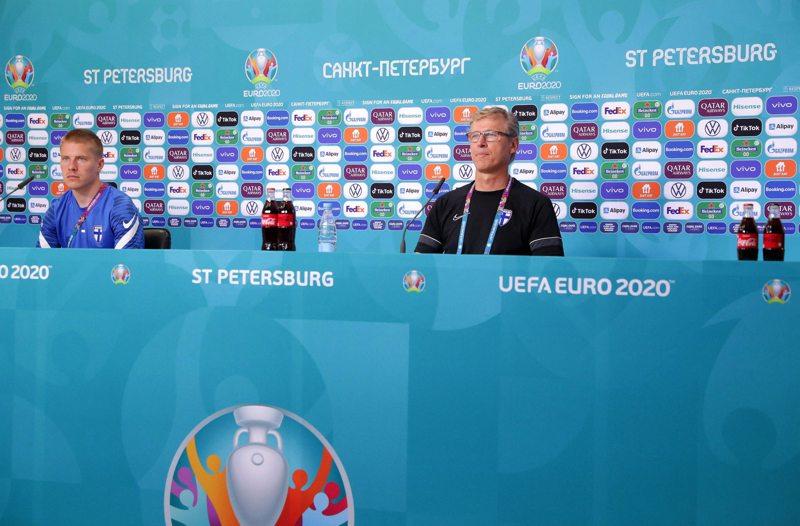 Päävalmentaja Markku Kanerva (oik.) ja puolustaja Jere Uronen kertoivat Huuhkajien tunnelmista Belgia-ottelun aattona.