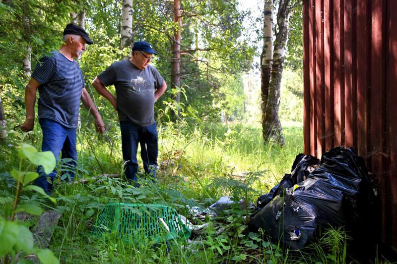 Olavi Niemimäellä ja Jouni Ryytillä ei riitä ymmärrystä ihmisille, jotka jättävät jätteensä toisten riesaksi. Erityisesti harmittaa uimarannan tuntumaan ilmestyneet lasinsirut.