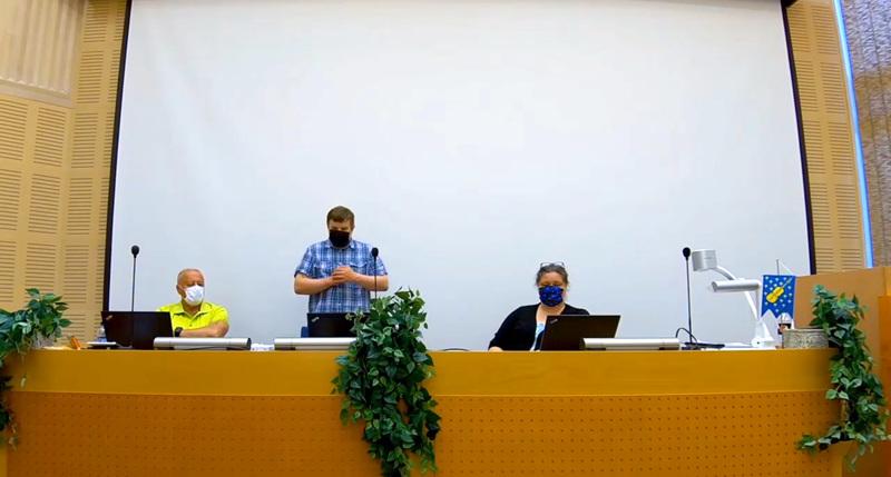 Kaustisen valtuusto kokoontui etänä, mutta puheenjohtaja Antti Mäkelä toivoi uuden ja vanhan valtuuston kohtaavan vielä elokuussa.