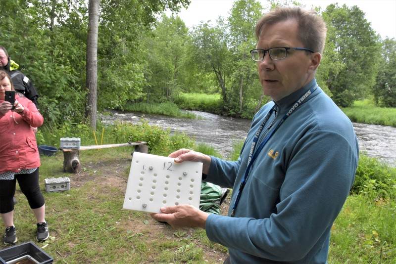 """Jukka Pakkala näyttää muovista """"pesää"""", joissa raakun poikaset voivat myös kehittyä suojaisissa oloissa."""