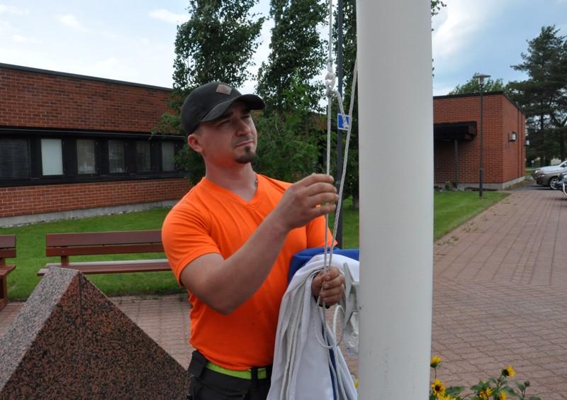 Ilkka Pannulan tehtäviin kuuluu muun muassa lipun nostaminen salkoon.