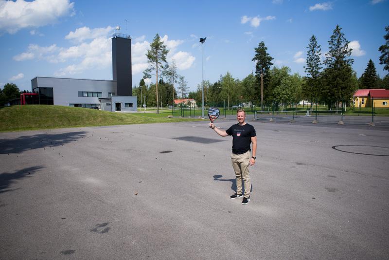 Näille Jukka Hanhelan jalansijoille nousee Nivalan ensimmäinen padelhalli. Mikäli kenttämateriaalien maailmanlaajuiset toimitusongelmat helpottavat, valmista tulee jo tämän vuoden puolella.