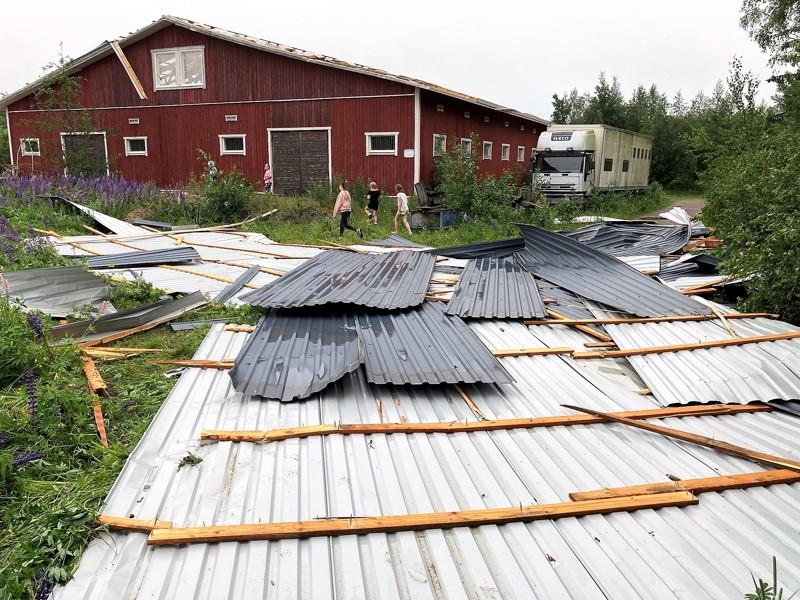 Myrsky repi Pietarsaaressa sijaitsevan Fäbodantien ratsastustallin katon.
