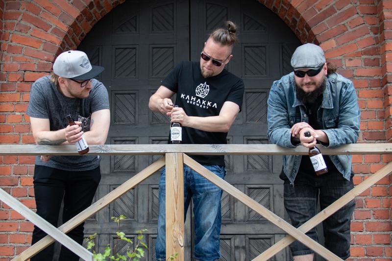 Eero Mäkitalo, Jussi Pajunpää ja Jussi Kivioja kertoivat ajatuksen oman oluen brändäämisestä levyn julkaisun yhteydessä mietityttäneen jo jonkin aikaa.