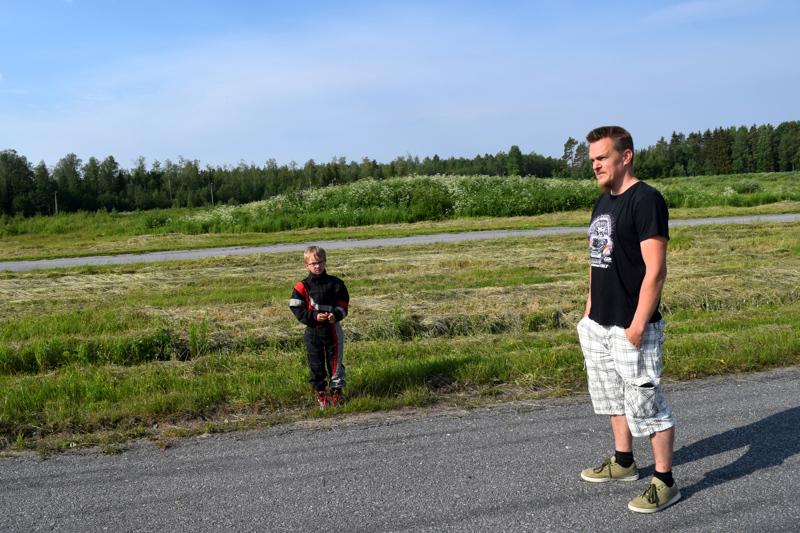 Andreas Sundqvist ajaa poikansa Torsvikeniin harjoittelemaan. Härmään olisi paljon pidempi matka.