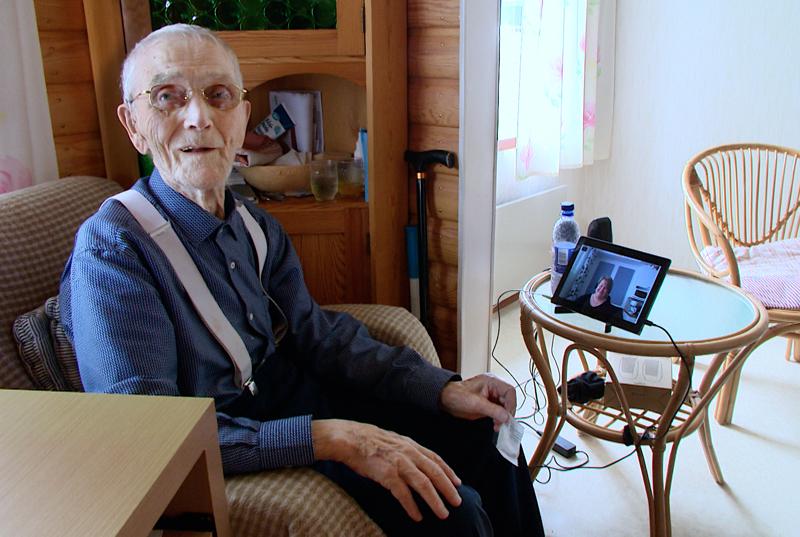 94-vuotias Esa Parviainen pärjää kotioloissa videopuhelujen, lääkeannostelun ja etälääkärin avulla.