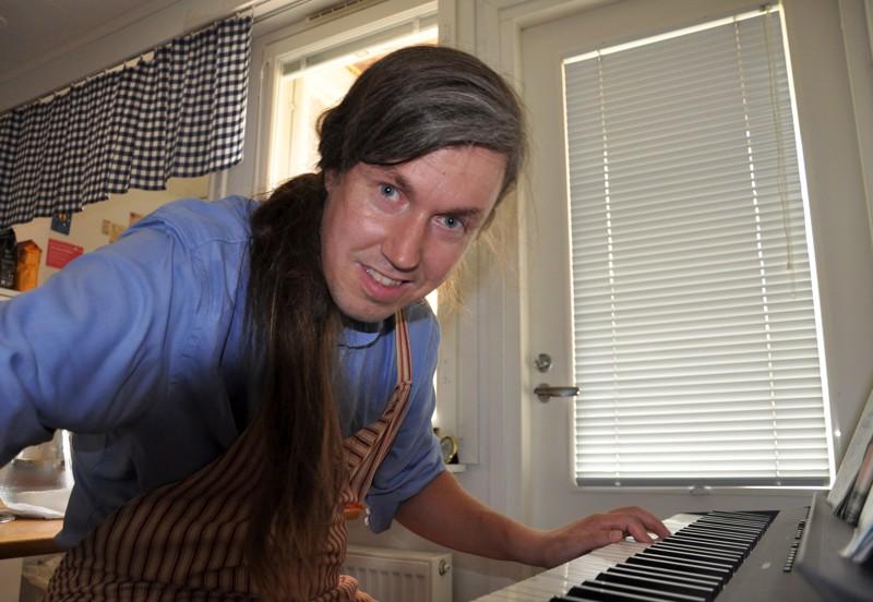 Satu meni saunaan oli ensimmäinen kappale, jonka Juhana Pekkarinen oppi lapsena soittamaan. Ajan mittaan repertuaari on laajentunut aina klassisesta bluesiin ja joululauluihin.