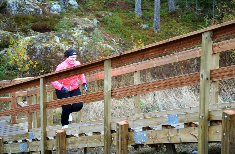Kaupunginjohtaja Maria Sorvisto avasi toissa vuonna 25 metriä pitkät kuntoportaat Ylivieskan Hyypänkalliolla. Huhmariin suunnitellut portaat ovat huomattavasti pidemmät.